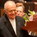 Conductor Lorin Maazel smiles at the audience as he takes his final bow in Shanghai on Chicago Symphony 2013 Asia tour credit Todd Rosenberg