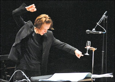 Susanna Mälkki with the Ensemble InterContemporain in 2006, the year she became music director. (womeninmusic.org.uk)