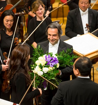 Riccardo Muti shares bouquet with musicians of the Chicago Symphony on tour in Warsaw 2014. (Todd Rosenberg)