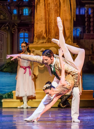 The Impresario (Miguel Angel Blanco) and the Queen of the Fair (Victoria Jaiani) in their pas de deux. (Cheryl Mann)