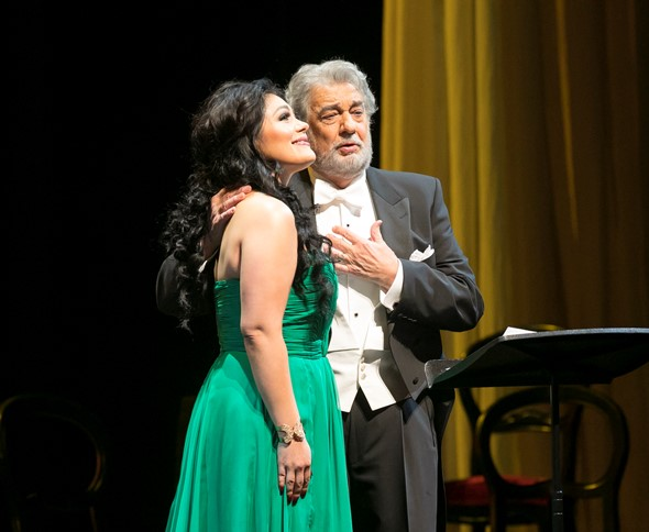 "Placido Domingo and soprano Ailyn Pérez sang a duet from Verdi's ""La traviata."" (Todd Rosenberg)"
